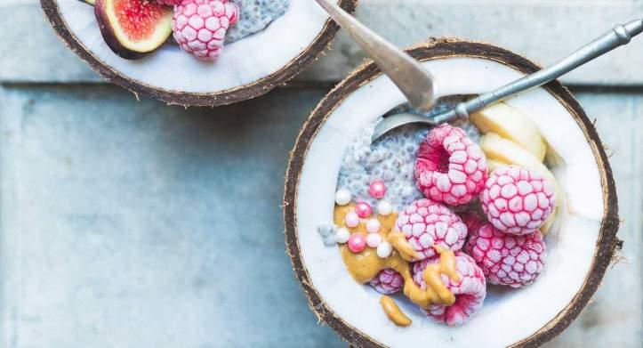coconuts-bowls-graines-de-chia-et-fruits